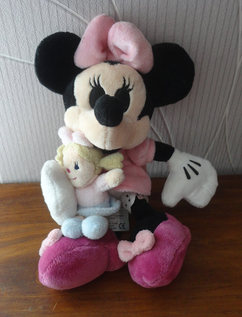 Peluche Disney Minnie Mouse tenant poupée dans ses bras .