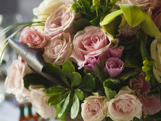Choose centerpieces for your wedding that blend well with your theme