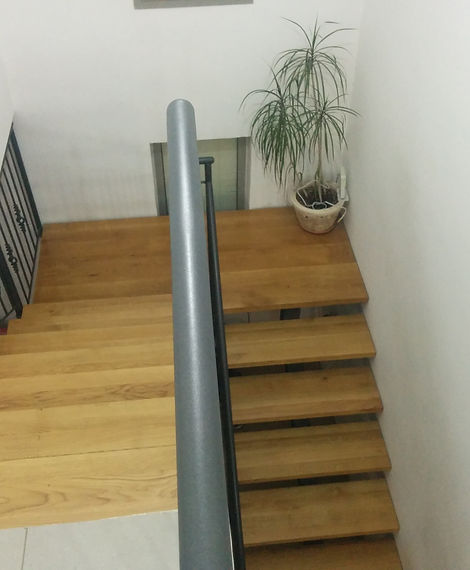 מדרגות לקומה עליונה