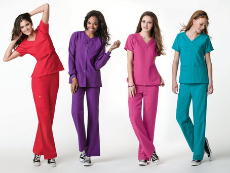 Confira onze uniformes para secretárias de clínicas mais elegantes e modernos