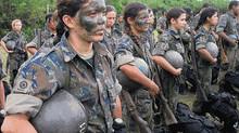 Estratégias de treinamento físico para aprimorar o desempenho das mulheres militares em atividades c
