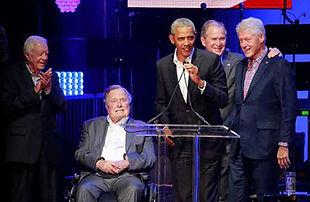 De gauche à droite : Jimmy Carter, George H. W. Bush, Barack Obama, George W. Bush et Bill Clinton, lors de la levée de fonds pour les sinistrés des ouragans Harvey, Irma et Maria, à College Station, au Texas, le 21 octobre. Richard Carson / REUTERS En s