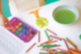 talleres de artes plásticas, artes escénicas, facilitando la exploración, la experimentación... talleres de cocina para niños y niñas; talleres para familias; talleres de crecimiento personal, de educación, de crianza respetuosa, de lactancia materna...