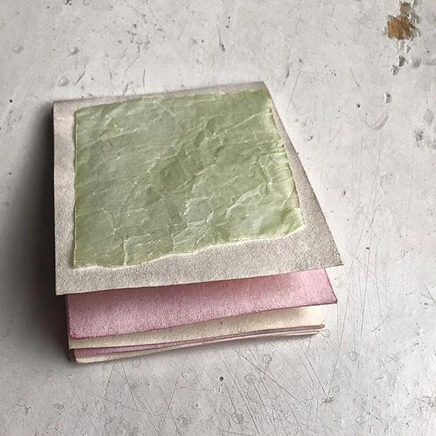kleine Papierarbeit aus pflanzengefärbtem Papier