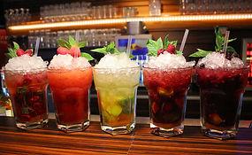 Wir bieten über 50 verschiedene Cocktails an. Markenpirituosen und echte Bartender sind dafür garantiert.