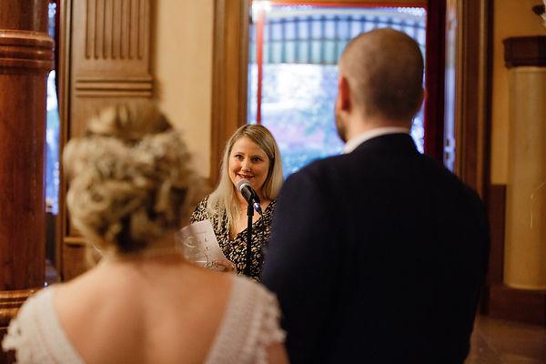 Aurélie Casetti prononce un discourd pour unir les mariés Wedding planner & Officiant