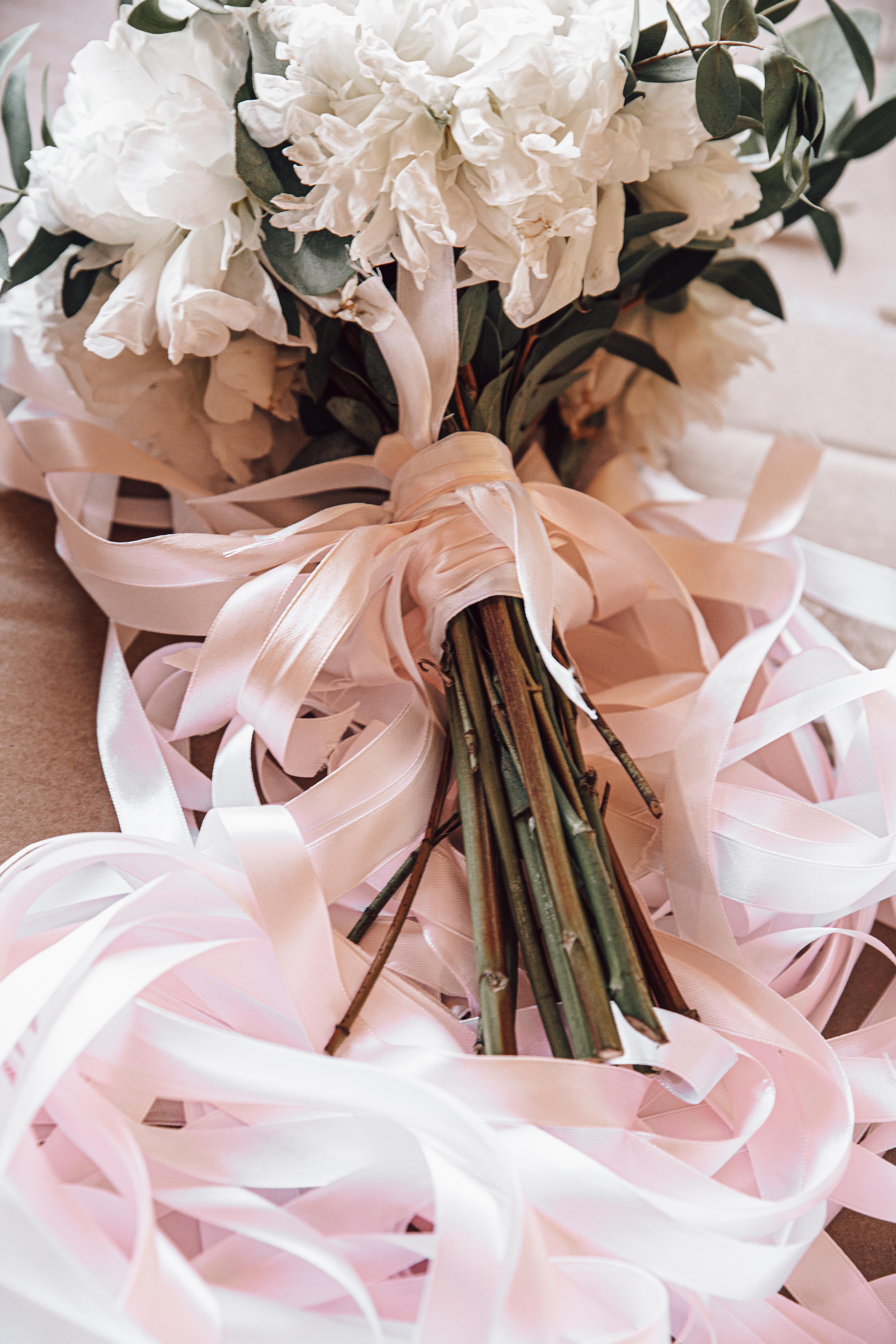 Jeu du ruban pour le jeter du bouquet de la mariée