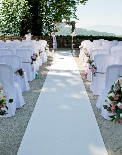 Décoration de chaises avec des fleurs