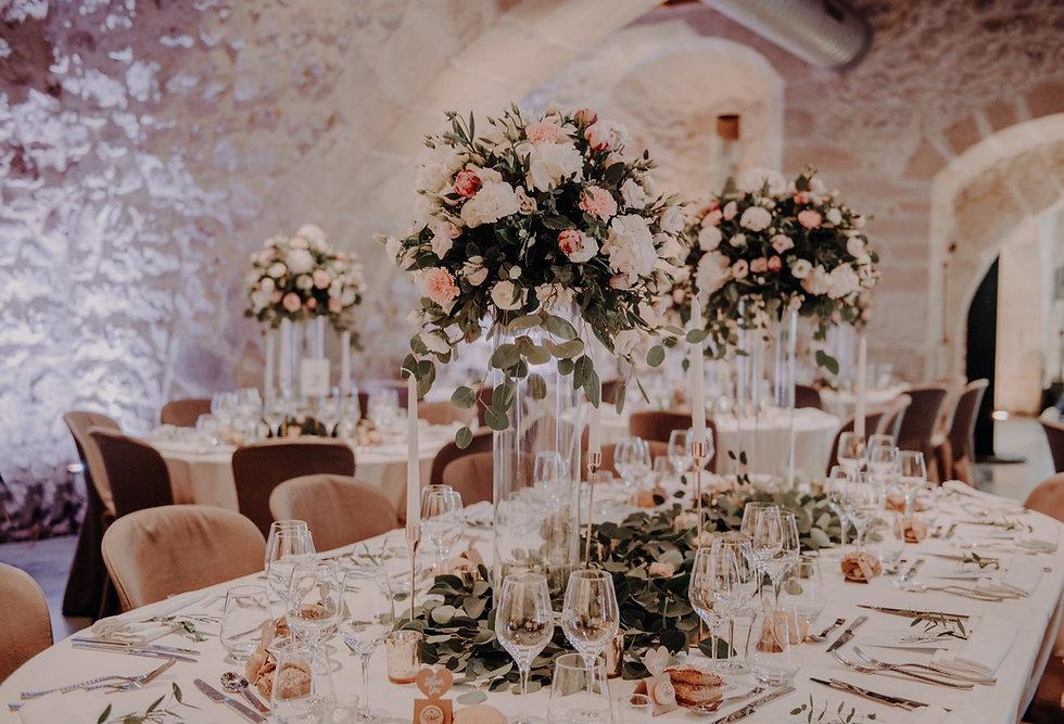 Mise en place des couverts pour le mariage