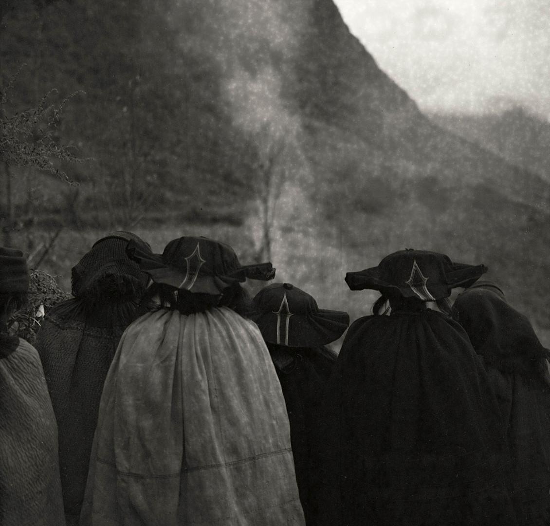 Adou, Funeral, Women, 2006