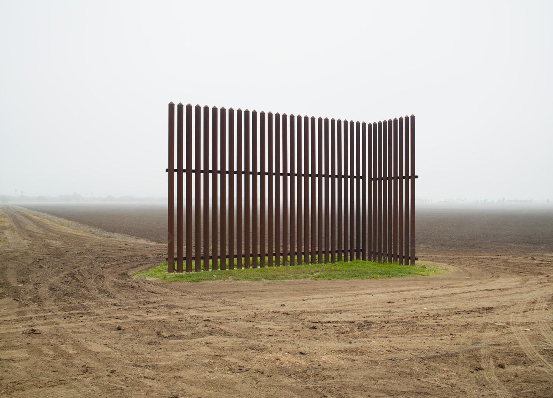 Richard Misrach, Wall, Los Indios, Texas / El muro, Los Indios, Texas, 2015