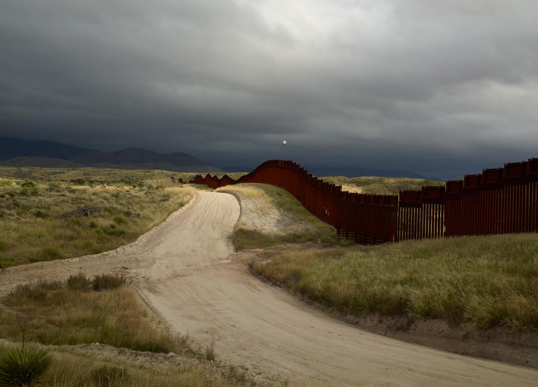 Richard Misrach, Wall, east of Nogales, Arizona / El muro, al este de Nogales, Arizona, 2014
