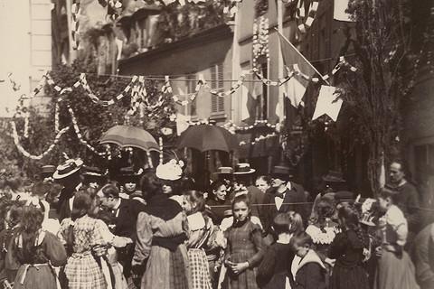 Eugène Atget, Rue Mouffetard (Le 14 Juillet), 1899
