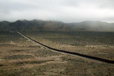 Richard Misrach, Wall, Jacumba, California / El muro, Jacumba, California, 2009
