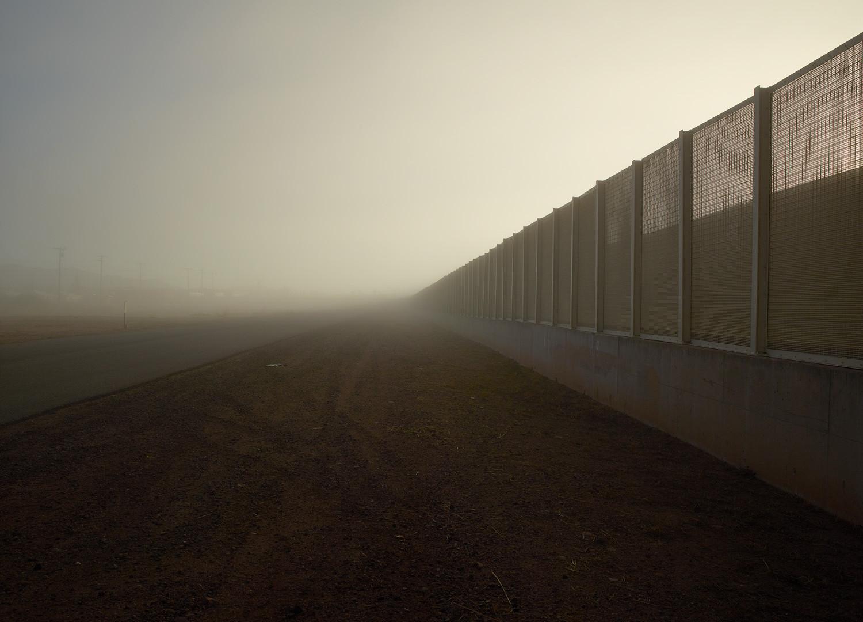 Richard Misrach, Wall (post and wire mesh), Douglas, Arizona / El muro (poste y malla metálica), Douglas, Arizona, 2014