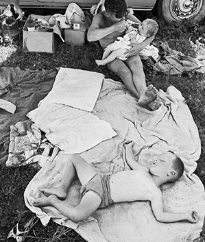 David Goldblatt, Picnic at Hartebeespoort Dam on New Year's Day. Transvaal (North-West Province). , 1965