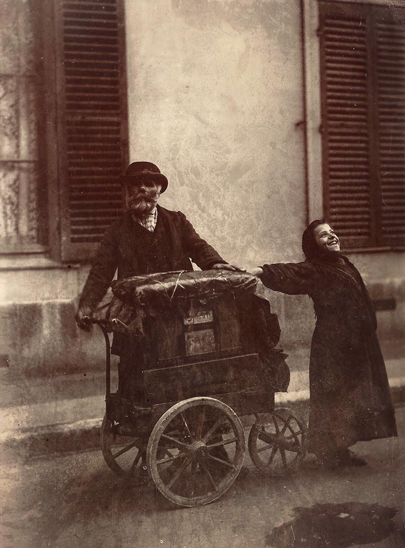 Eugène Atget, Joueur d'orgue, 1898-99