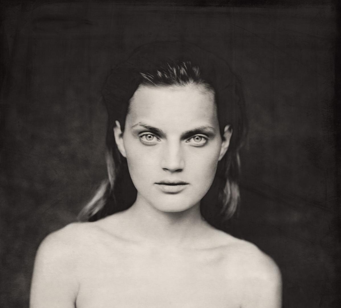 Paolo Roversi, Dark nude portrait of Guinevere I, Paris, 1996