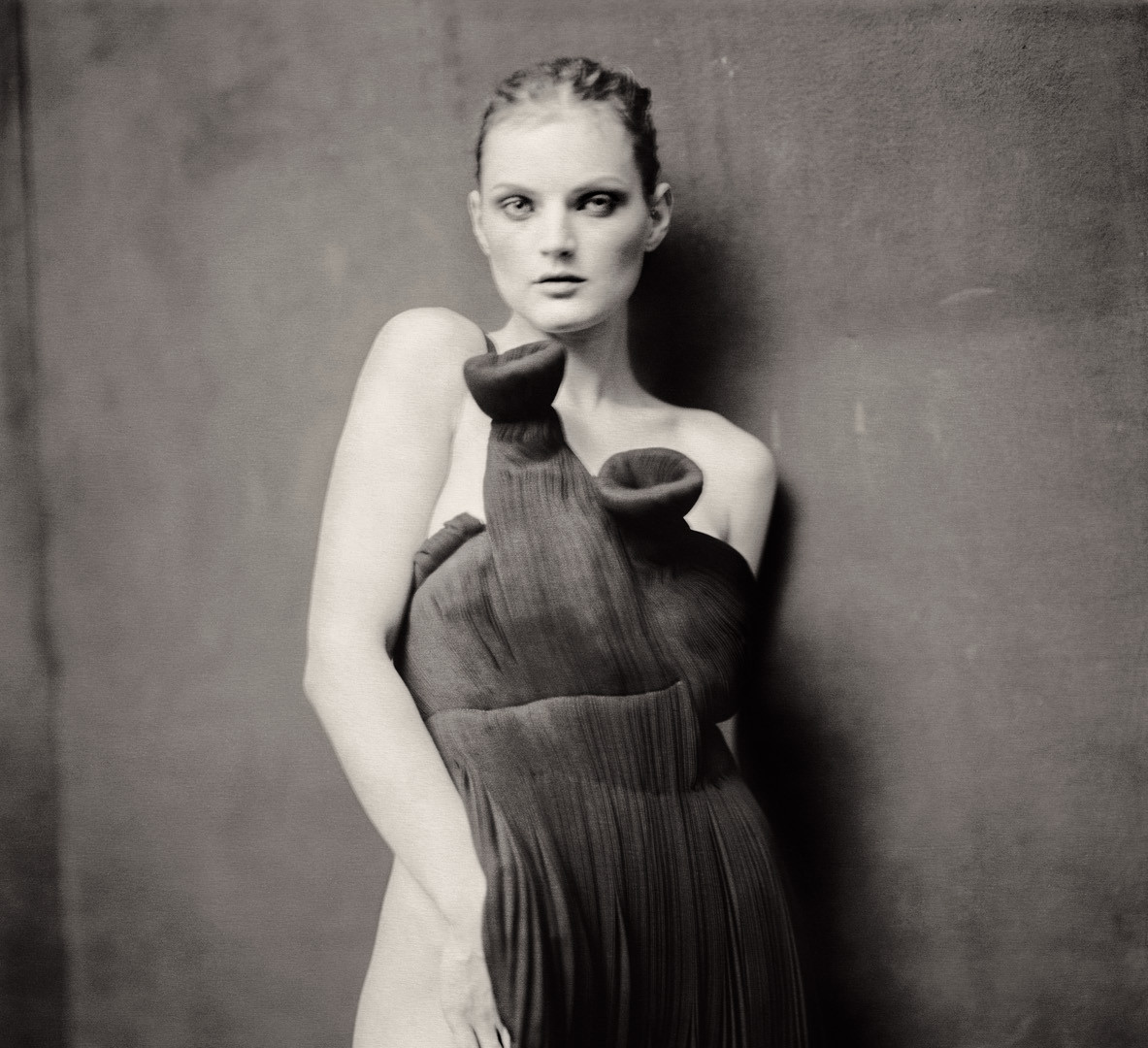 Paolo Roversi, Guinevere behind the table, Paris, 2004