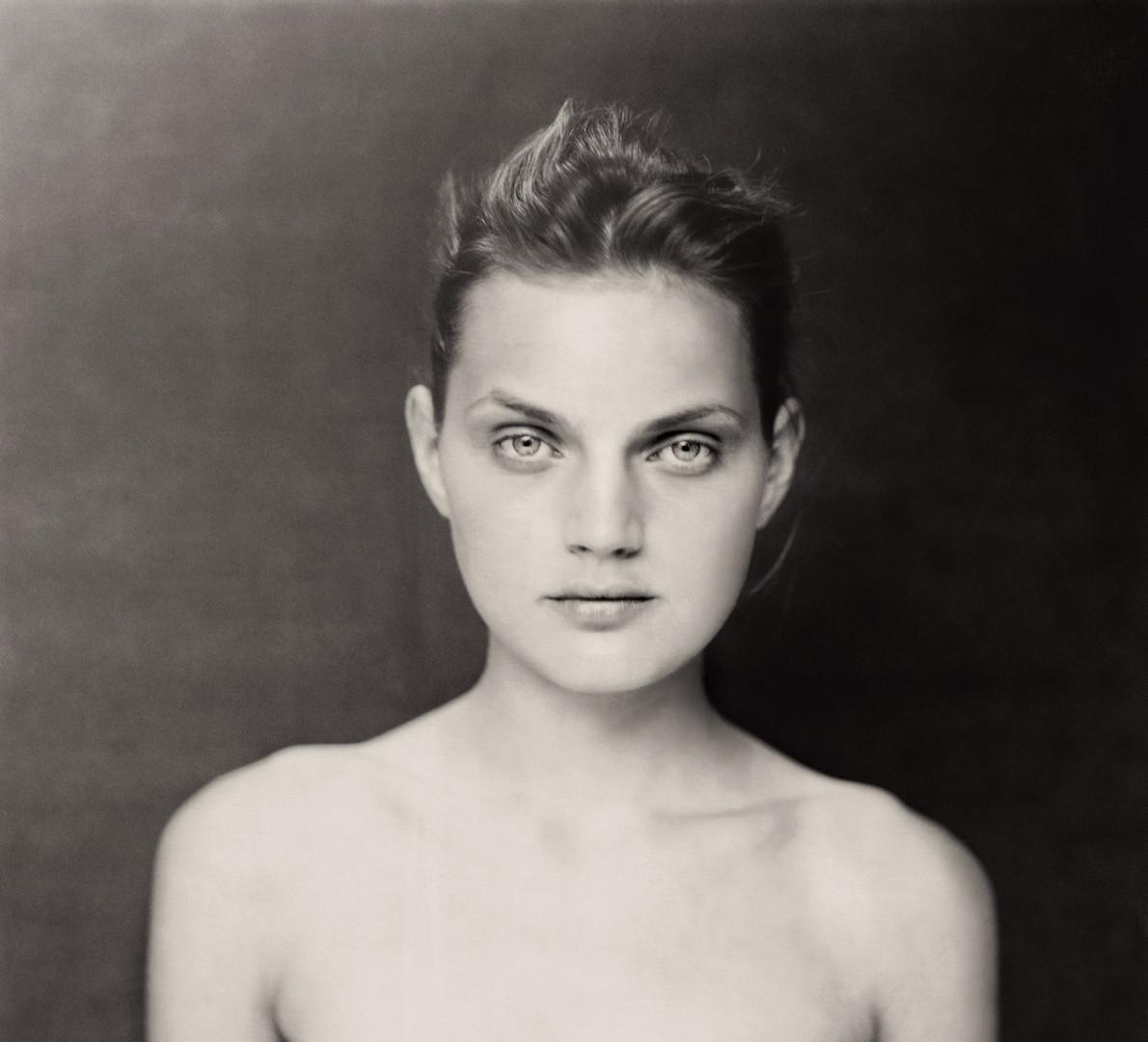 Paolo Roversi, Dark nude portrait of Guinevere II, Paris, 1996