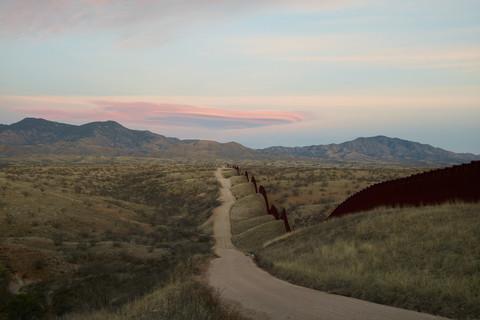 Richard Misrach, Wall, east of Nogales, Arizona / El muro, al este de Nogales, Arizona, 2015