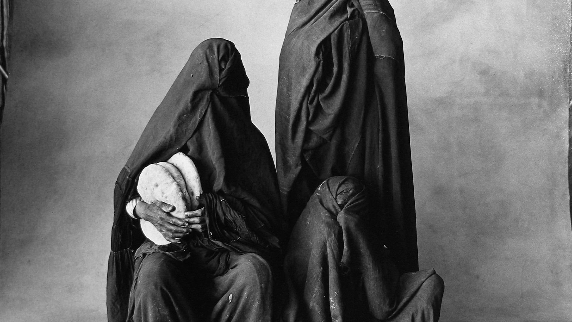 Irving Penn, Three Rissani Women With Bread, Morocco, 1971