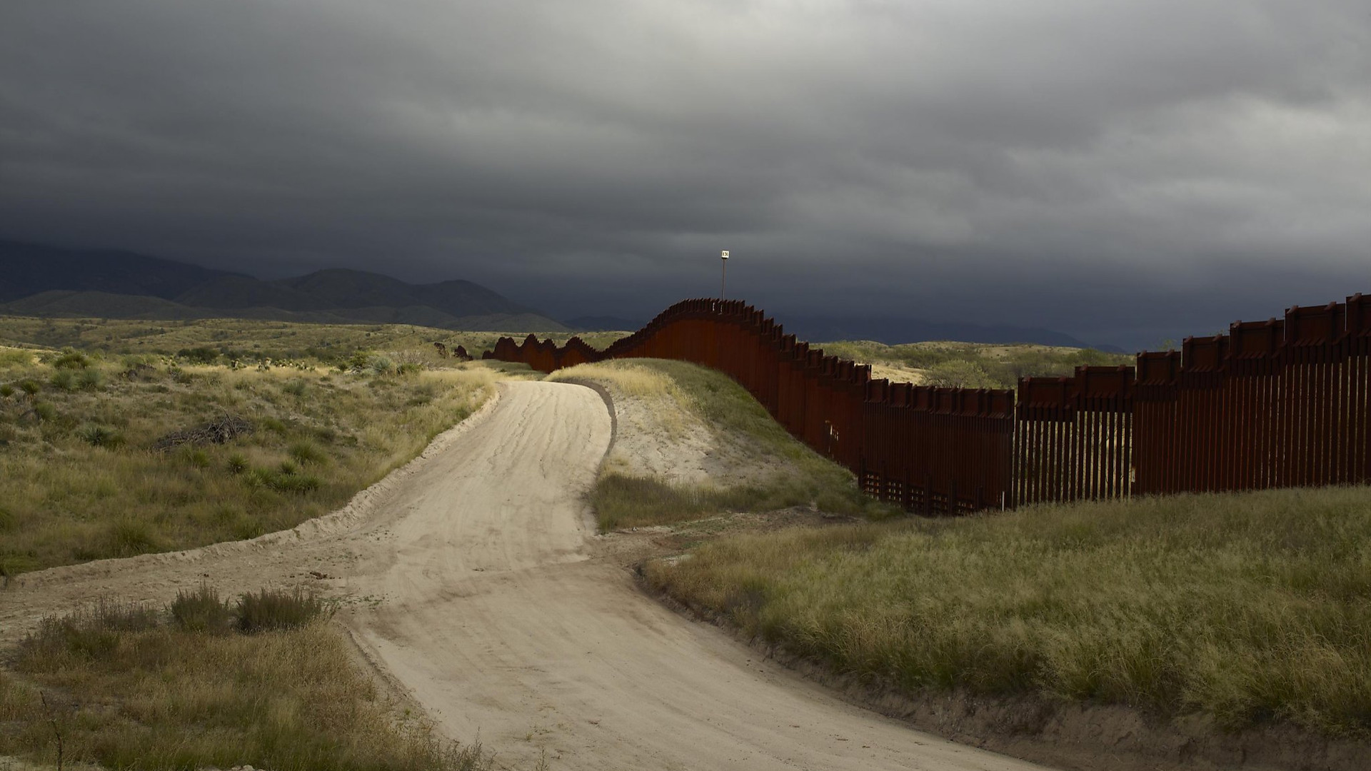 Richard Misrach, Wall, east of Nogales, Arizona / El muro, al este de Nogales, Arizona, 2014