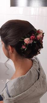 Brautfrisur mit echten Blumenschmuck