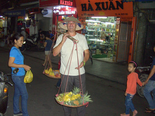 An Alien in Spain - Visits Vietnam (Hanoi)