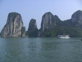 An Alien in Spain - Visits Vietnam (Ha Long Bay)