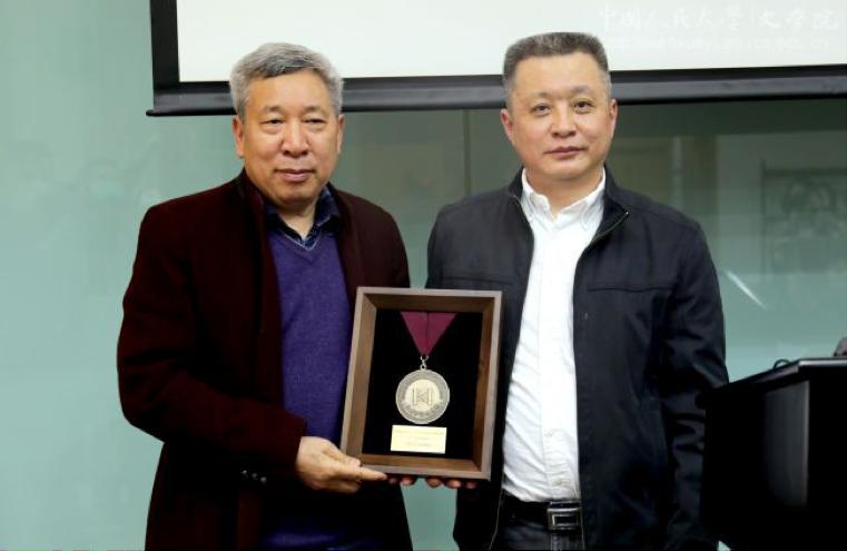 Dean Chen Jianlan presenting the award to Yan Lianke