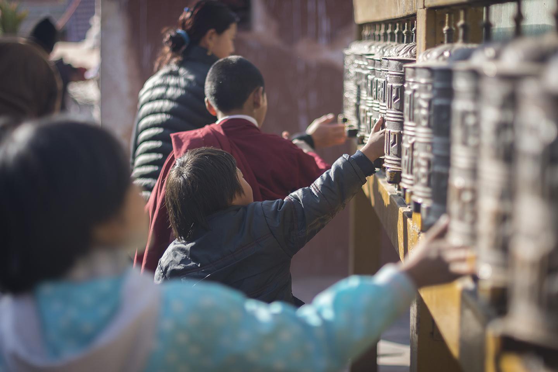 Niños haciendo girar sus oraciones