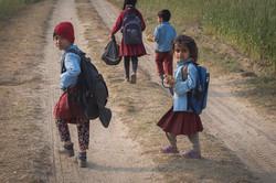 Niños de camino al colegio