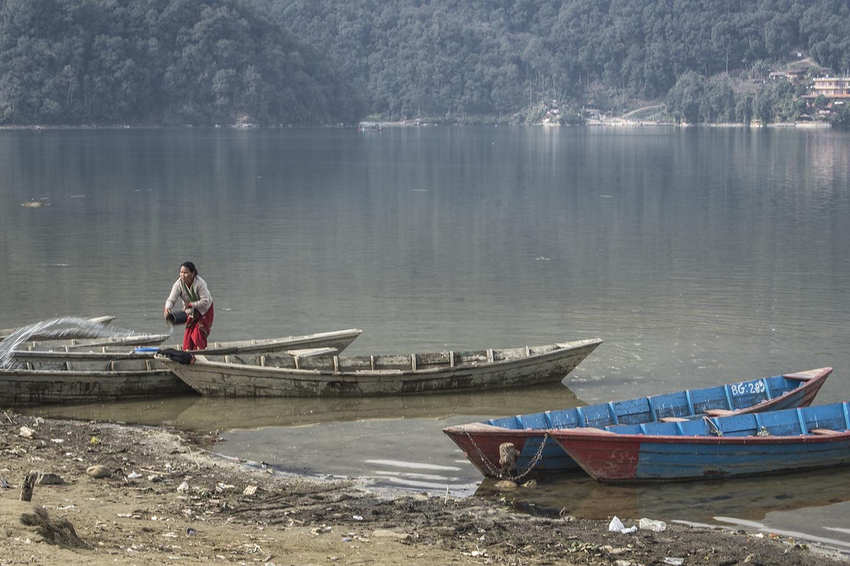 Mujer lavando en el lago