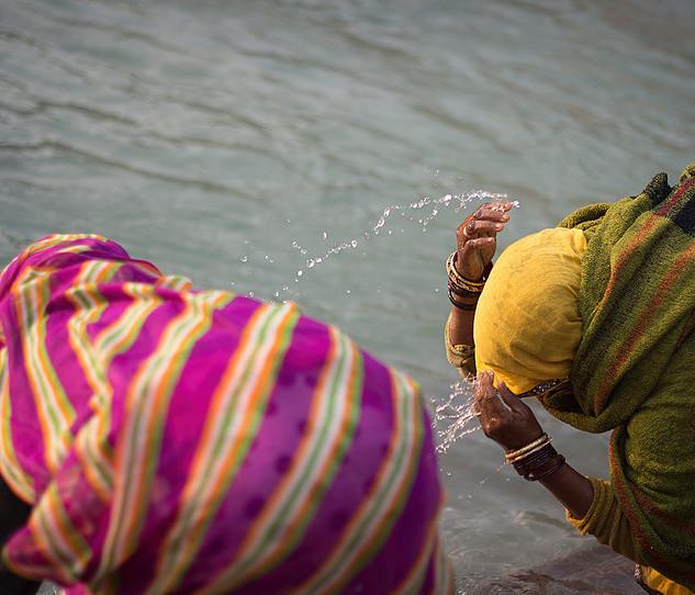 Mujeres lavan sus espíritus en el Ga