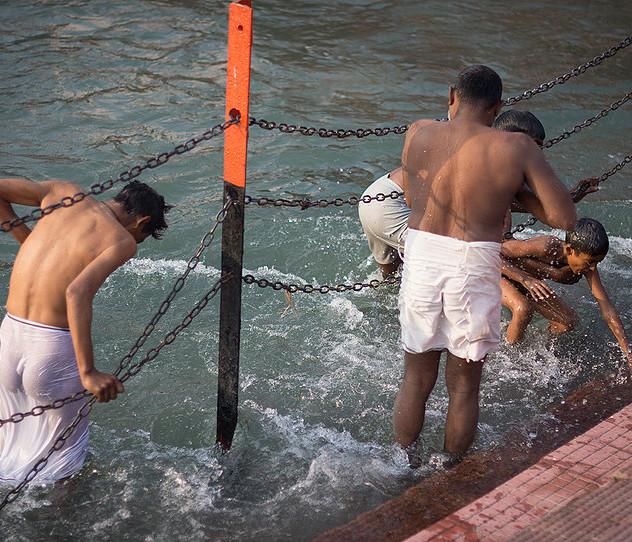 Hombres bañándose en el Ganga Aarti