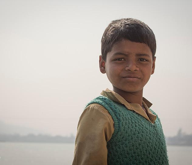 Niño a orillas del río sagrado