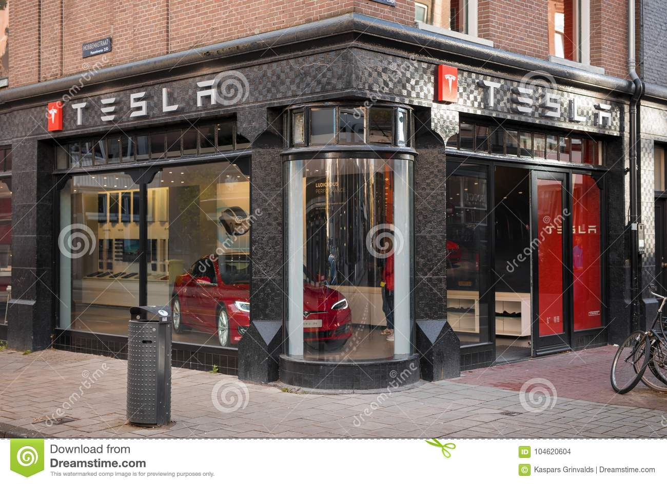 topo_amsterdam-netherlands-november-tesla-motors-storefront-amsterdam-amsterdam-netherlands-tesla-mo