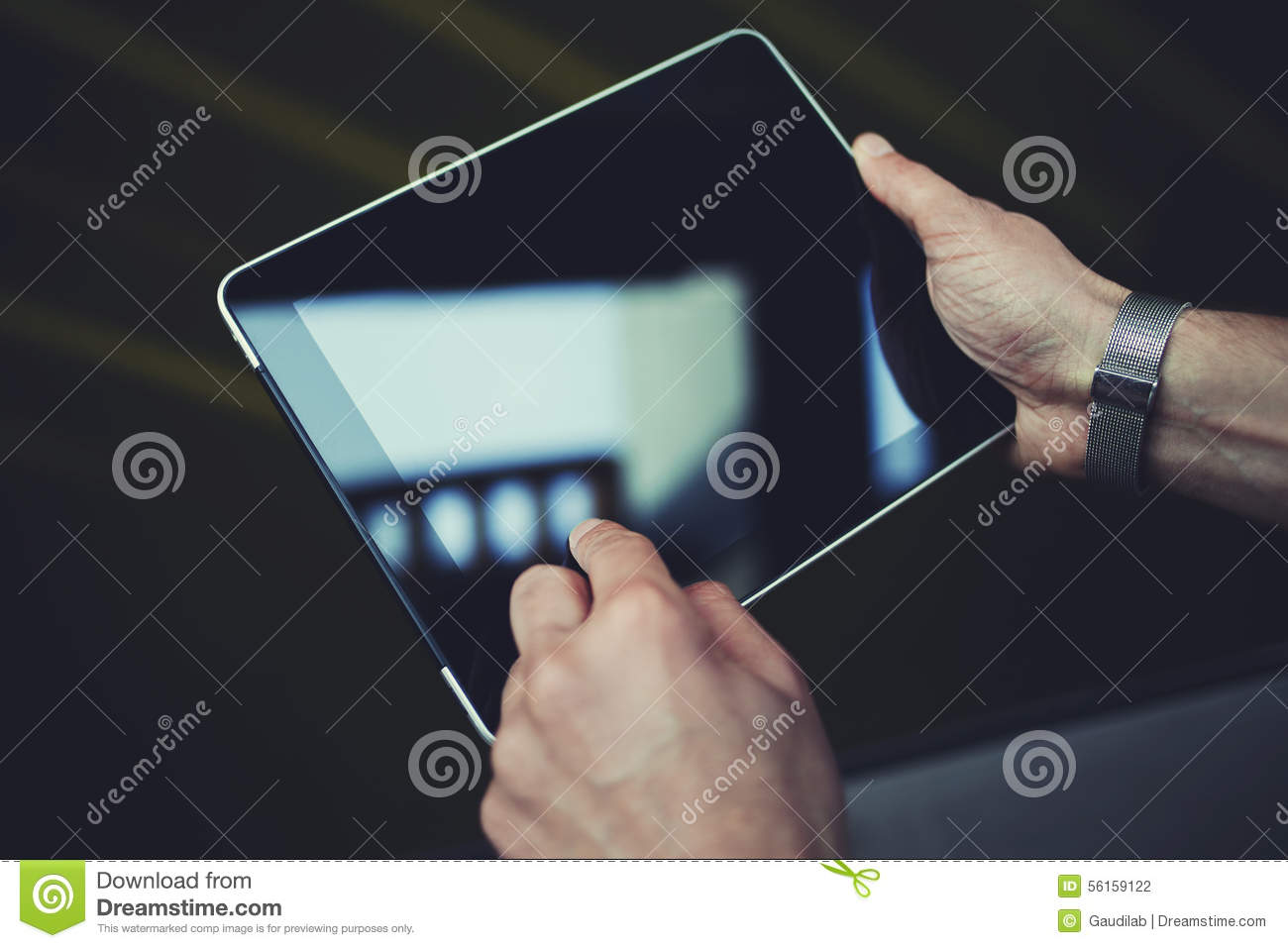 topo_touch-pad-empty-display-space-publicity-information-advertising-text-man-s-hands-holding-digita
