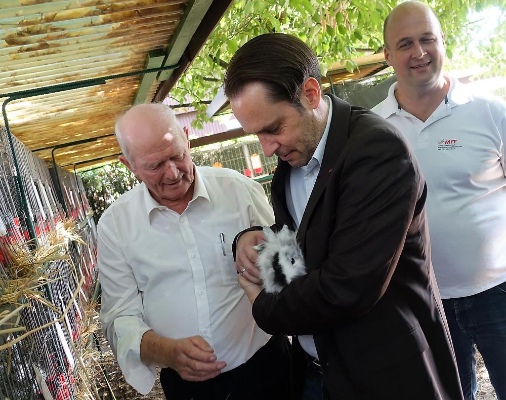 Für´s Kuscheln mit Kaninchen ist man irgendwie nie zu alt: Für Gerrit Kringel (mit Kaninchen) und Olaf Schenk holt Vereinsvorsitzender Eduard Rasmussen (l.) auch schon mal die flauschigsten Hoppler aus dem Gehege.