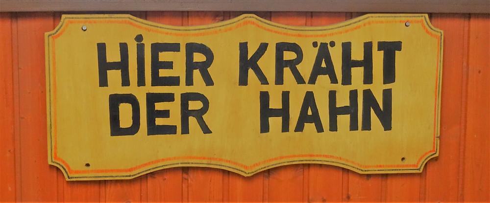 Wenn Sie dieses Schild lesen, dann sind Sie dort, wo sich die Freunde der Kleintierzucht jeden dritten Freitag im Monat treffen: Im Vereinsheim der Eigenheim- und Grundbesitzer Rudow e.V. in der Neuköllner Str. 297 in 12357 Berlin-Rudow.