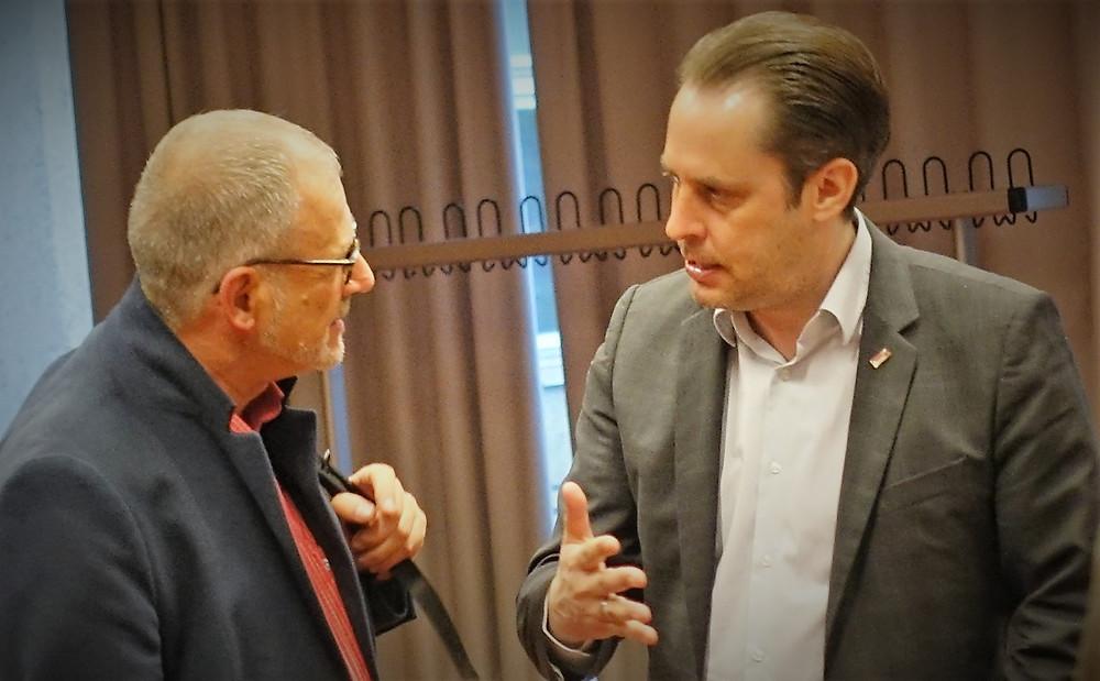 Bezirksstadtrat für Umwelt und Natur, Bernward Eberenz, und der Vorsitzende der Neuköllner CDU-Fraktion, Gerrit Kringel (r.), im Austausch über die von den Gästen geäußerten Sorgen zur Wohnungsnot.