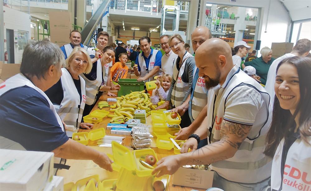 Hand in Hand für einen dreifach guten Zweck – nämlich geschmacklich, gesundheitlich und gesellschaftlich. Die CDU Neukölln war auch in diesem Jahr bei der Bio-Brotbox-Aktion in der Gradestraße dabei.
