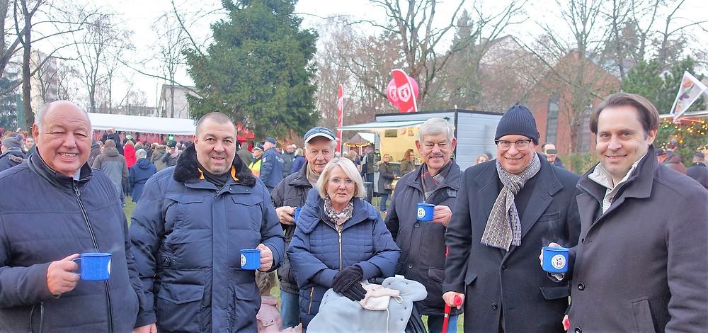 Sie lassen sich den Auftakt zum Alt-Buckower Weihnachtsmarkt auch in diesem Jahr nicht entgehen: CDU-Fraktionsvorsitzender Gerrit Kringel, MdA Dr. Robbin Juhnke, die beiden BVV-Mitglieder Ute Lanske und Wolfgang Gellert sowie Klaus-Peter Mahlo (v.r.n.l. in der vorderen Reihe).