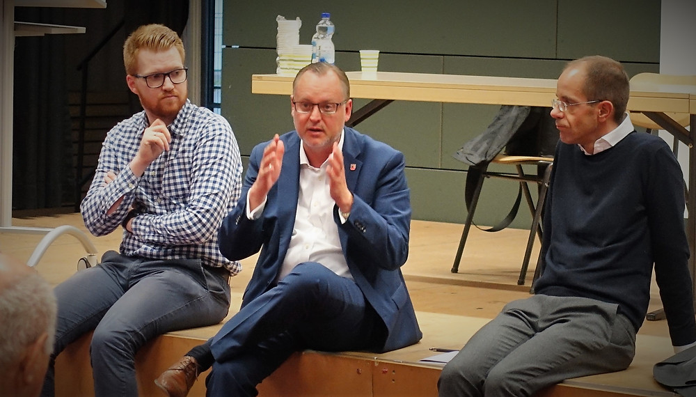 RIAS-Gelände, Buckower Felder, Neuköllner Friedhöfe: Falko Liecke, Kreisvorsitzender der CDU Neukölln (mitte), macht deutlich, wo und wie vorausschauendes Bauen in Neukölln besser klappen könnte.