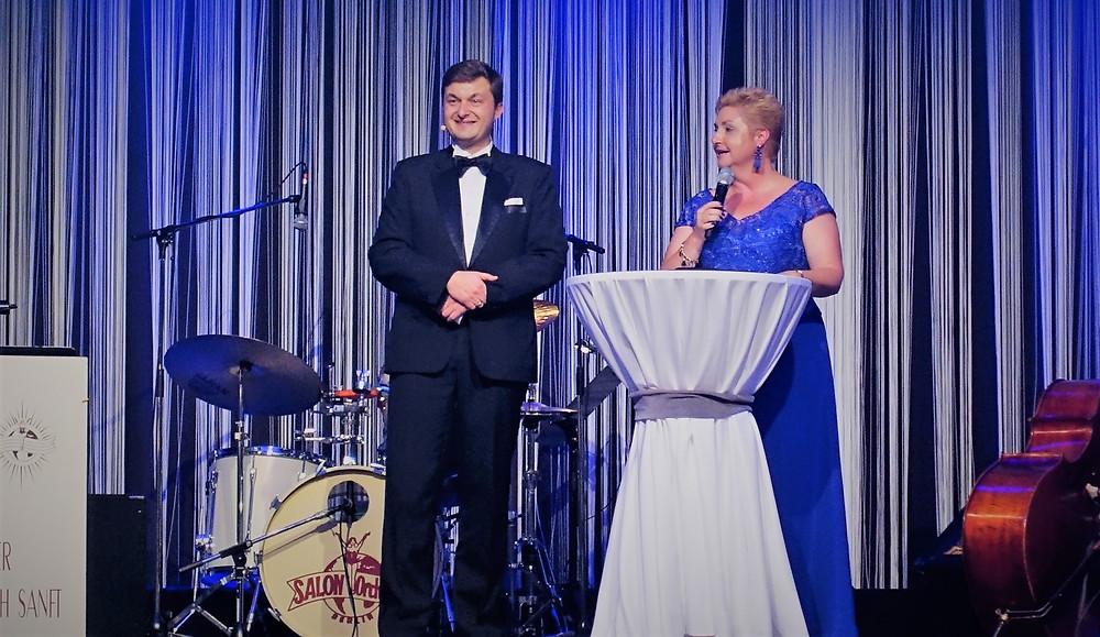 Der 13. Ball unter Sternen, doch der erste, auf der Moderator und Magier Clemens Ilgner gemeinsam mit Toska Holtz als neue Geschäftsführerin der Ricam gGmbH auf der Bühne stand.