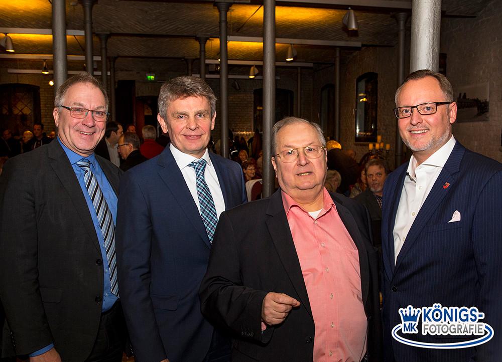 Falko Liecke, Kreisvorsitzender der CDU Neukölln, versammelte mit Oberstaatsanwalt Jörg Raupach, dem früheren Polizeipräsidenten Klaus Kandt und Ex-Bezirksbürgermeister Heinz Buschkowsky (SPD) prominente Gäste aus Podium im Ochsenstall (v.l.n.r. im re. Bild).