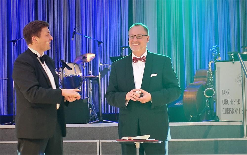 Gemeinsam mit Magier Clemens Ilgner (l.) hat Falko Liecke als stellvertretender Bürgermeister Neuköllns bühnenreif eine knapp 54.000 Euro-Zuwendung aus der Auflösung zweier Stiftungen für das Tageshospiz herbei gezaubert.
