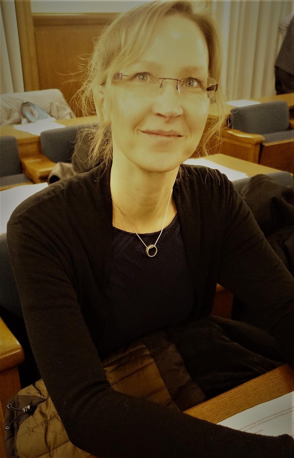 Sie sitzt jetzt direkt unterm großen Wappen: Nicole Bülck.