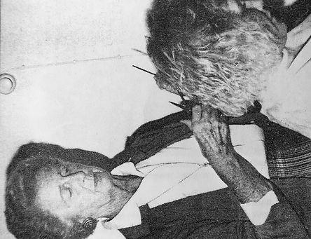 Mary Carlsson klipper håret på en kund på salongen i vadstena